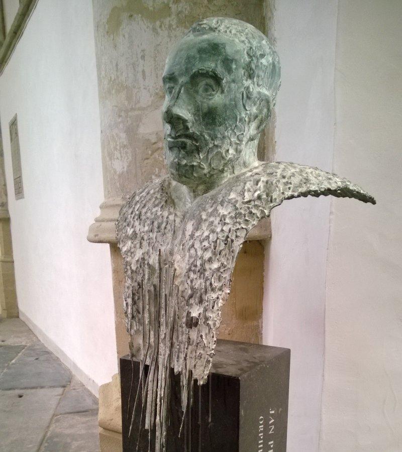 Памятник средневековому поп-исполнителю на органе