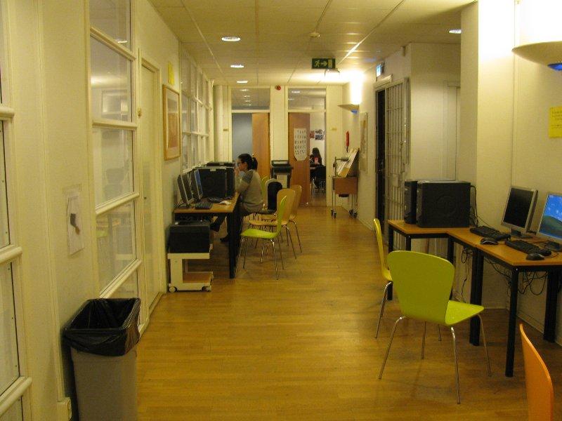 Один конец коридора, перед рядом с компами стоит принтер. Подключённый и, как правило, с бумаго