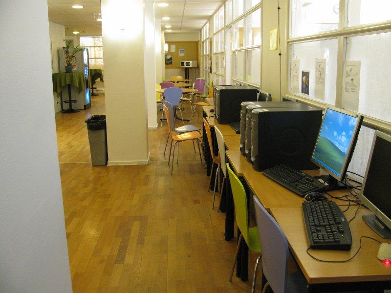 Второй конец коридора,тоже с компами и принтером, а в конце зона для обедов