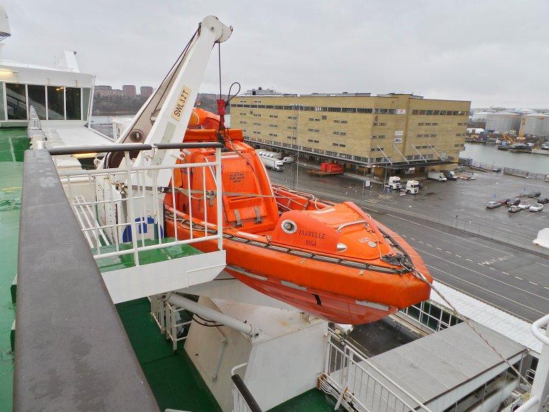 Вид с борта парохода на окружающие промзоны