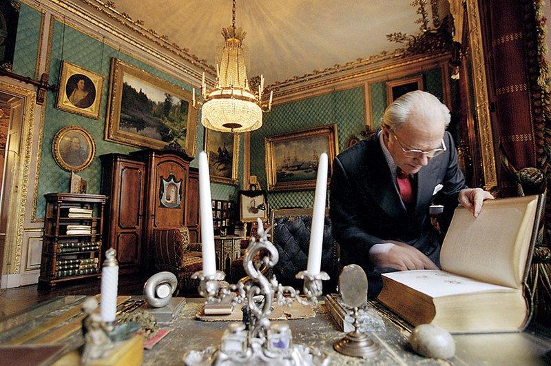 Карл XVI Густав показывает рабочий кабинет Оскара II.Источник:godsochgardar. se