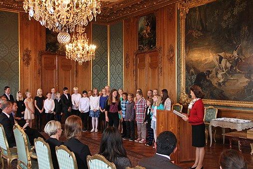 Королева Сильвия на встрече со школьниками.Источник:www.kungahuset. se