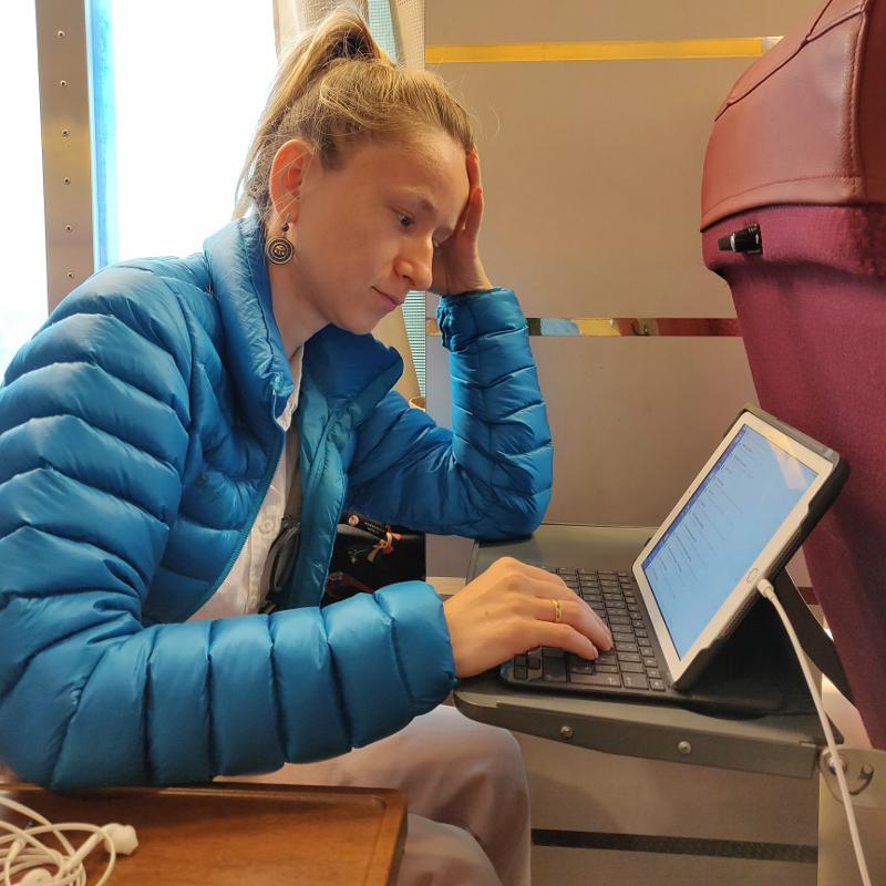 А этой я ругаюсь на то что тупит планшет. Кстати работать на местах второго класса очень даже удобно!