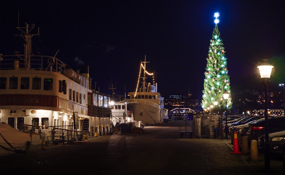 Набережная Skeppsbron и главная ёлка Стокгольма