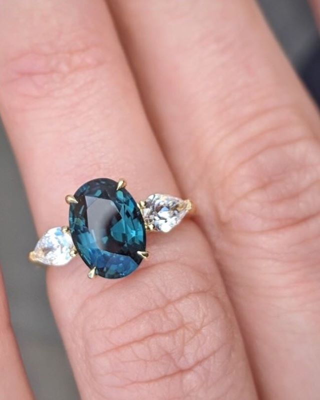 Oval blue spinel and pear shaped diamonds💓