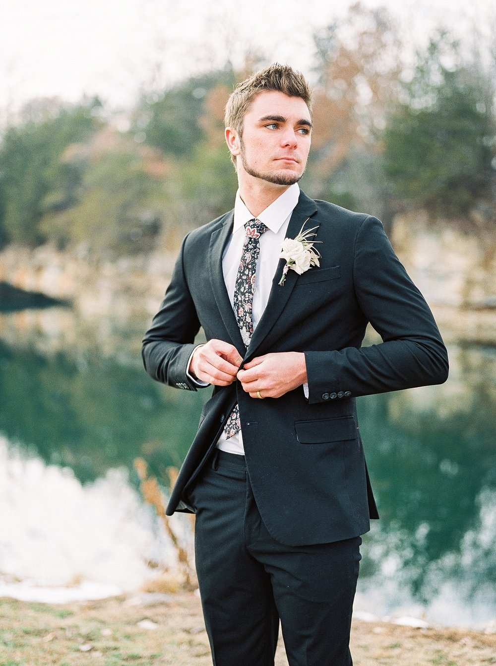 Snowy Winter Wedding at Wildcliff Events Lake With Earthy Jewel Tones and Organic Refined Style by Kelsi Kliethermes Photography Kansas City Missouri Wedding Photographer_0131.jpg