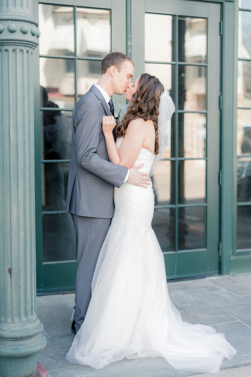 bride and groom - iowa wedding photographer - muscatine wedding pictures_-34.jpg