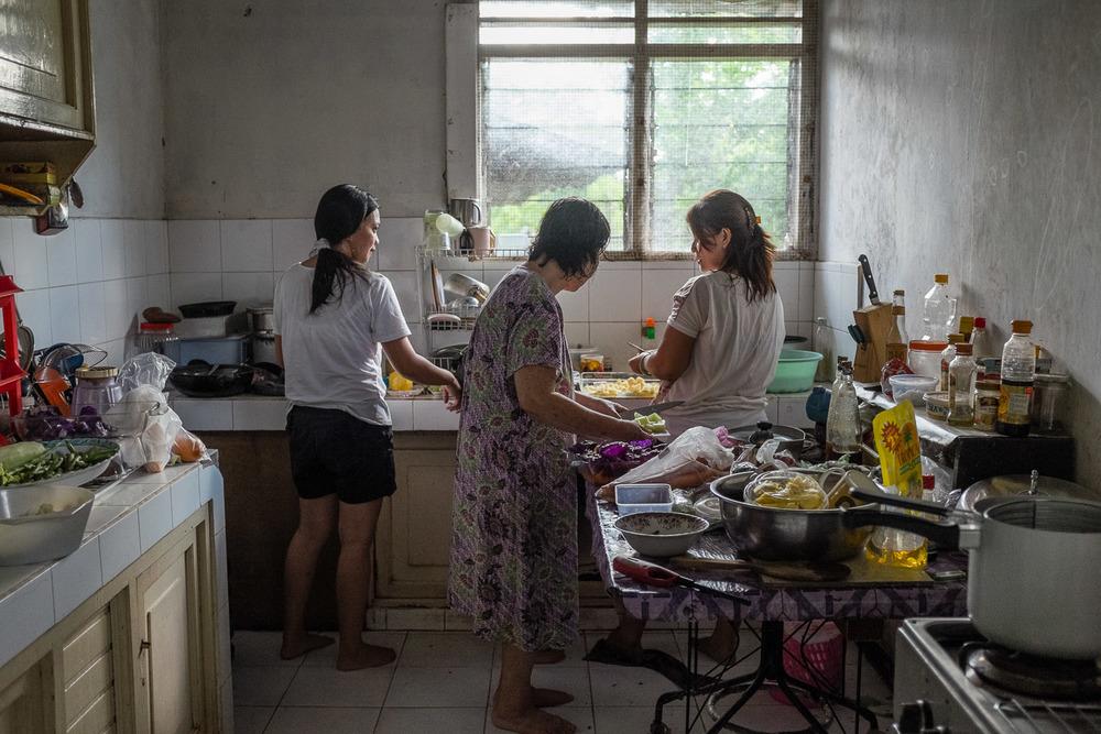 Vicktor's wife Ingrid Sumampow (Rakhel), Vicktor and Vicky's mother Margaretha N Watuseke (Khanah), and Ingrid's sister prepare the Shabbat meal in the Rambutuana home in Manado, Sulawesi.