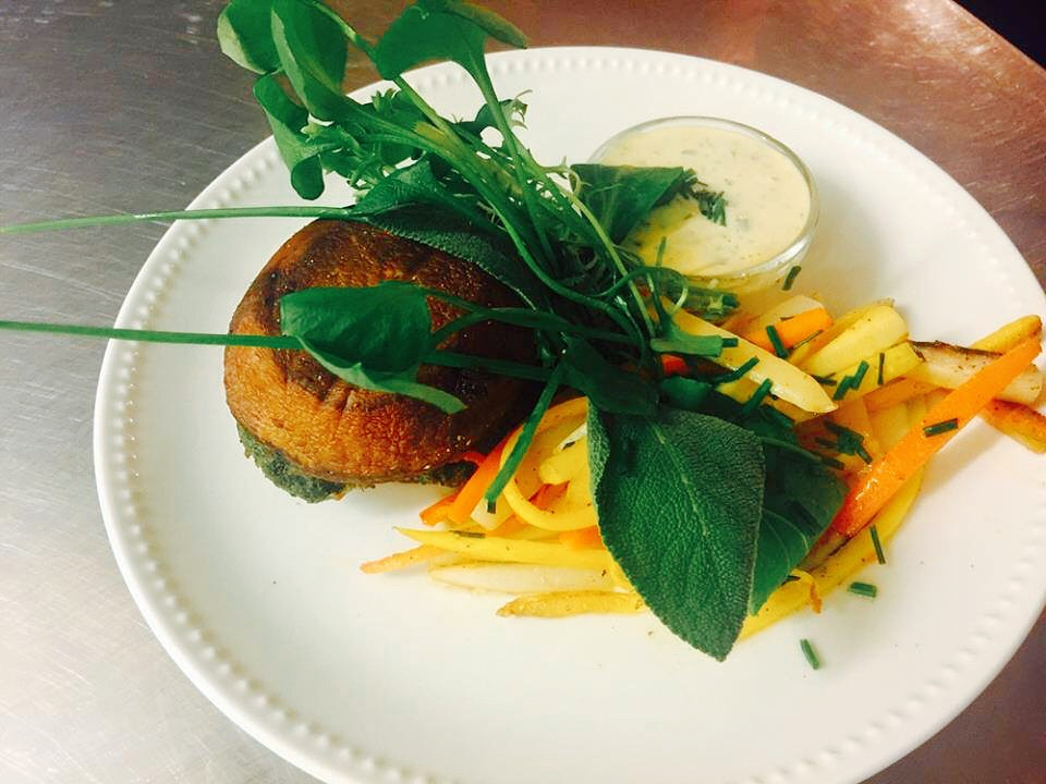 Portobelloburger met spinazie, groentefrietjes en verse tartaar