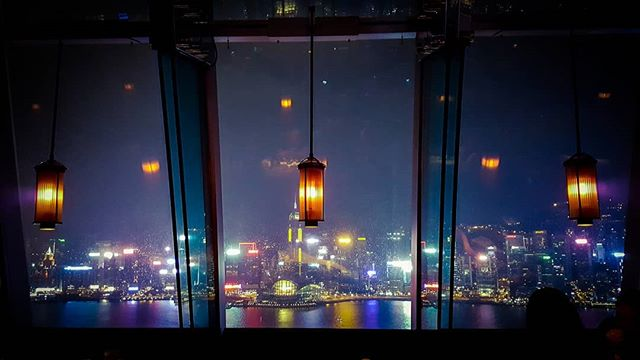 Dinner with a view #jesperjustesen #pictureoftheday #restaurant #aqua #hongkong #lamps #lightshow #fun