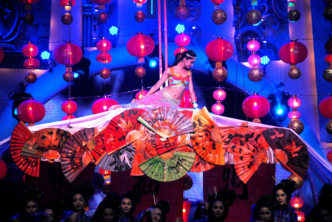 Deepika-Padukone-Stage-Dance-Performance-in-Zee-Cine-Awards-2014.jpg