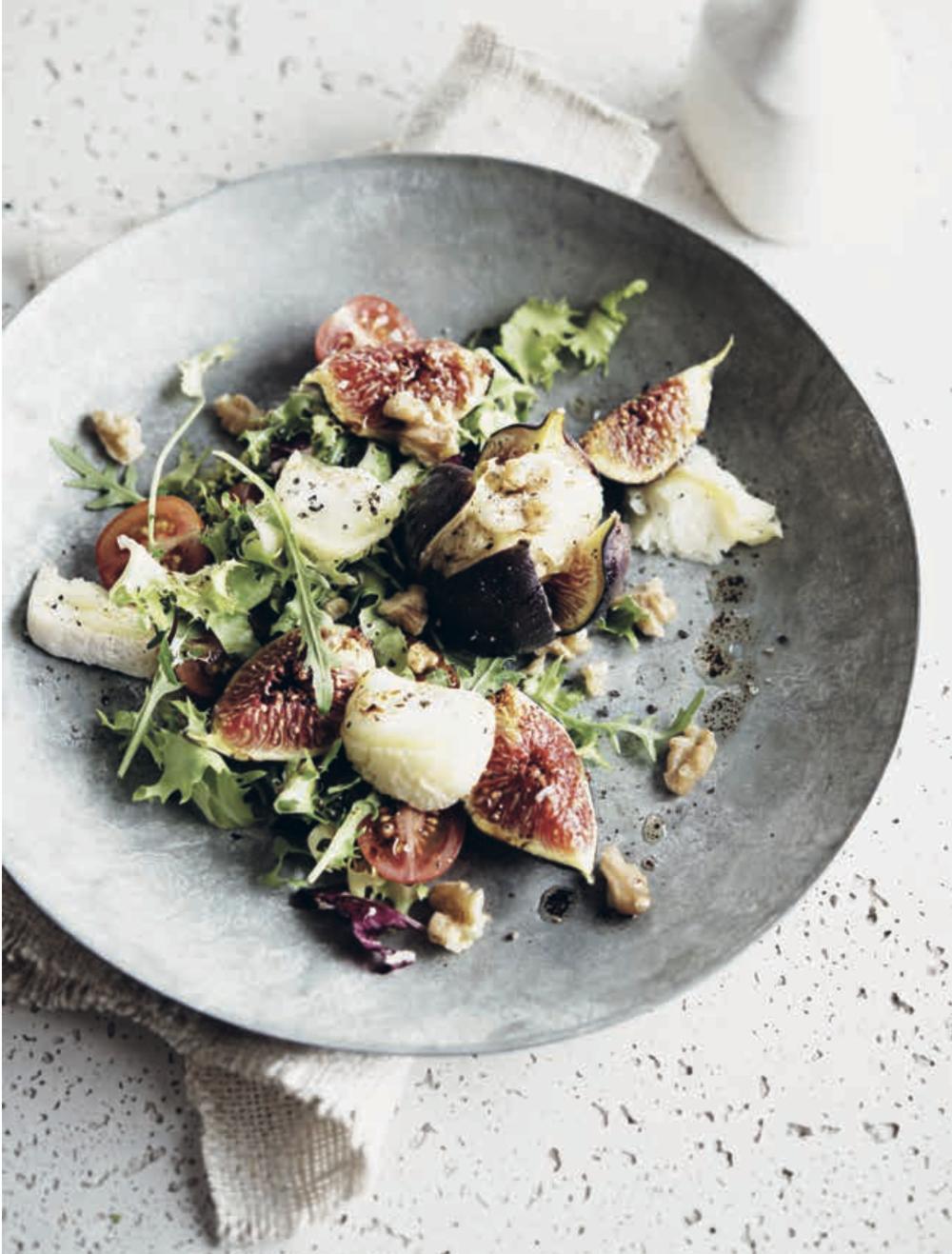 Salade de fromage de chèvre grillé aux figues fraîches • Grilled goat cheese with fresh figs