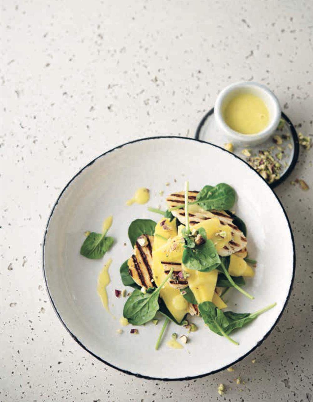 Salade de jeunes épinards à la mangue et au halloumi grillé • Spinach, mango and grilled halloumi salad