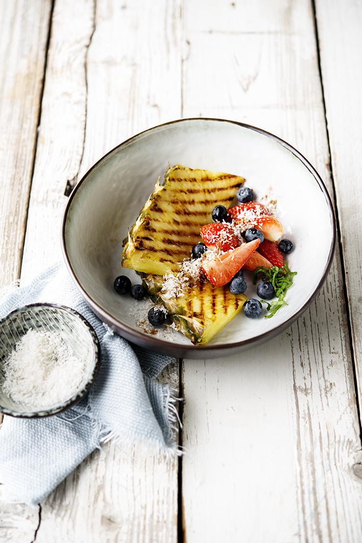 Ananas grillé aux myrtilles et noix de coco • Grilled pineapple with blueberries and coconut