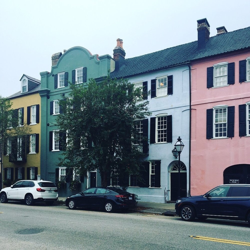 Rainbow Row in Charleston, South Carolina is a series of thirteen colorful historic houses! 🌈🏠  The name was given after the pastel colors they were painted as they were restored in the 1930s + 1940s.  It is one of the most photographed parts of Charleston + perfect for a Saturday Stroll!