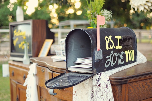 ps-i-love-you-mailbox-wedding-card-holder-on-Bridal-Musings.jpg