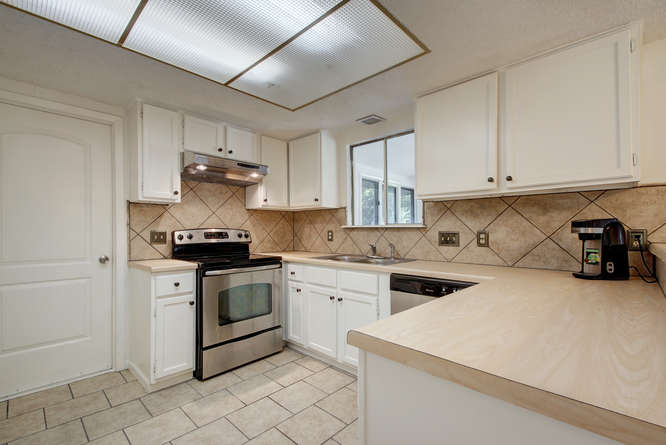 1702 Wildwood Dr-small-009-7-Family Kitchen Dining 904-666x445-72dpi.jpg