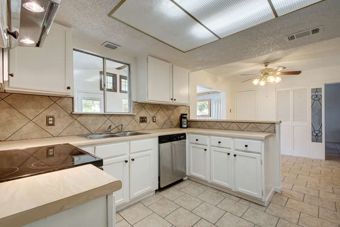 1702 Wildwood Dr-small-010-13-Family Kitchen Dining 905-666x446-72dpi.jpg