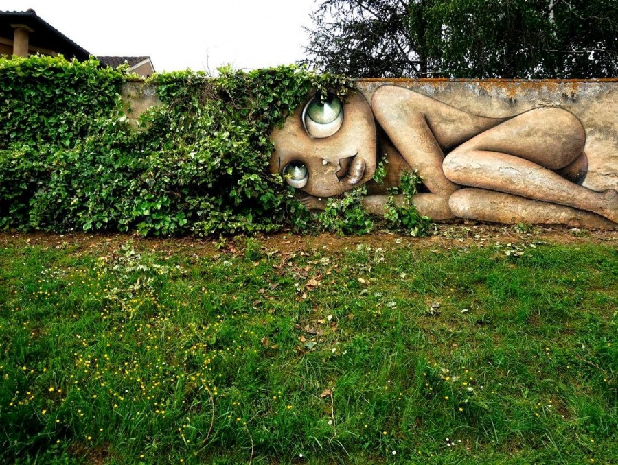 Great way to incorporate the landscape in Oz, France by Vinie Graffiti