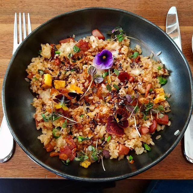 Nothing says comfort like a bowl of spam fried rice 🌺😋. We have gift cards to enable a loved one to eat some of this goodness (and other goodies like Sous Vide meals and aprons) now available on our website!  Mahalo for the photo @luvsbeerndonuts