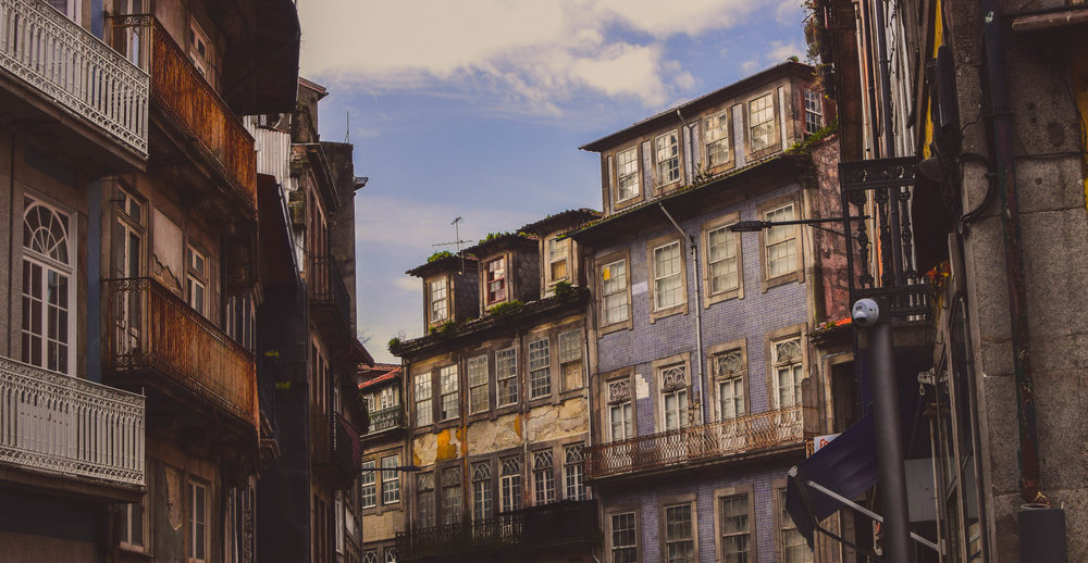 Did I mention my new favourite city in the world? Porto! It's old and modern and crumbling and steel and slopes and river and beach and wine, francesinhas, art, plant-shops, books, and it is joy on the streets and good taste in general! GO there! Please! And take me when you go!