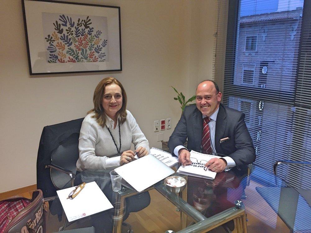 Alfonso Galdón junto a Consuelo Cano, portavoz de Familia del Grupo Parlamentario Socialista.
