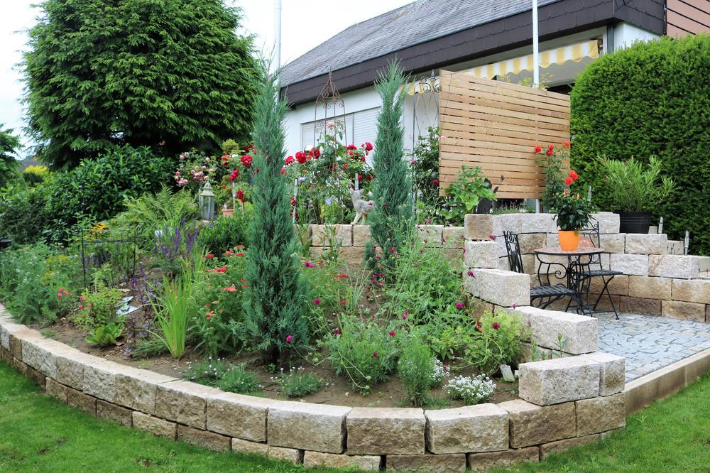 So sieht der Garten nun angewachsen aus und dekoriert von der Kundin...