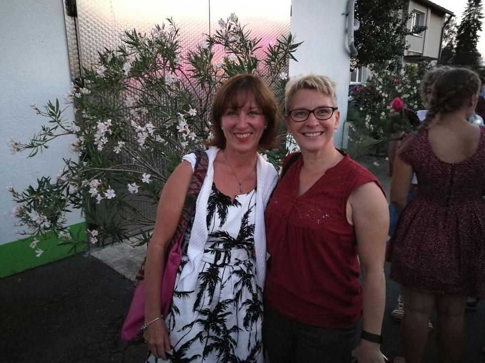 Per Zufall haben sich die beiden Frauen auf der Freisprechungsfeier getroffen!