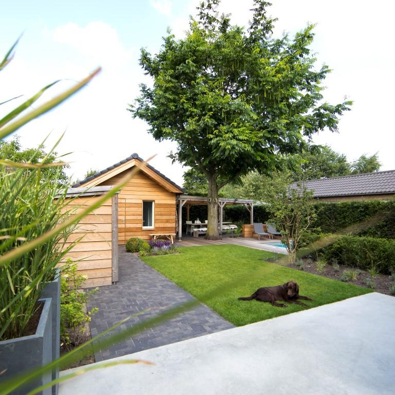 Siebers-Tuinprojecten-dorpstuin-gazon-beton-terras.jpg