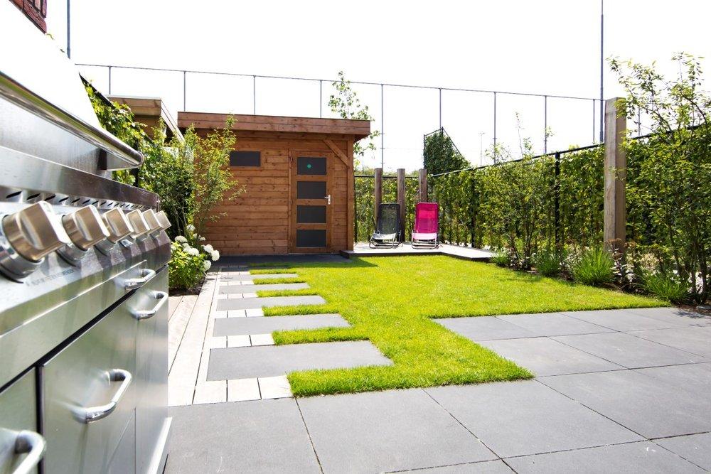 Siebers-Tuinprojecten-stoer-kleine-achtertuin-terras-gazon-staptegels-berging.jpg
