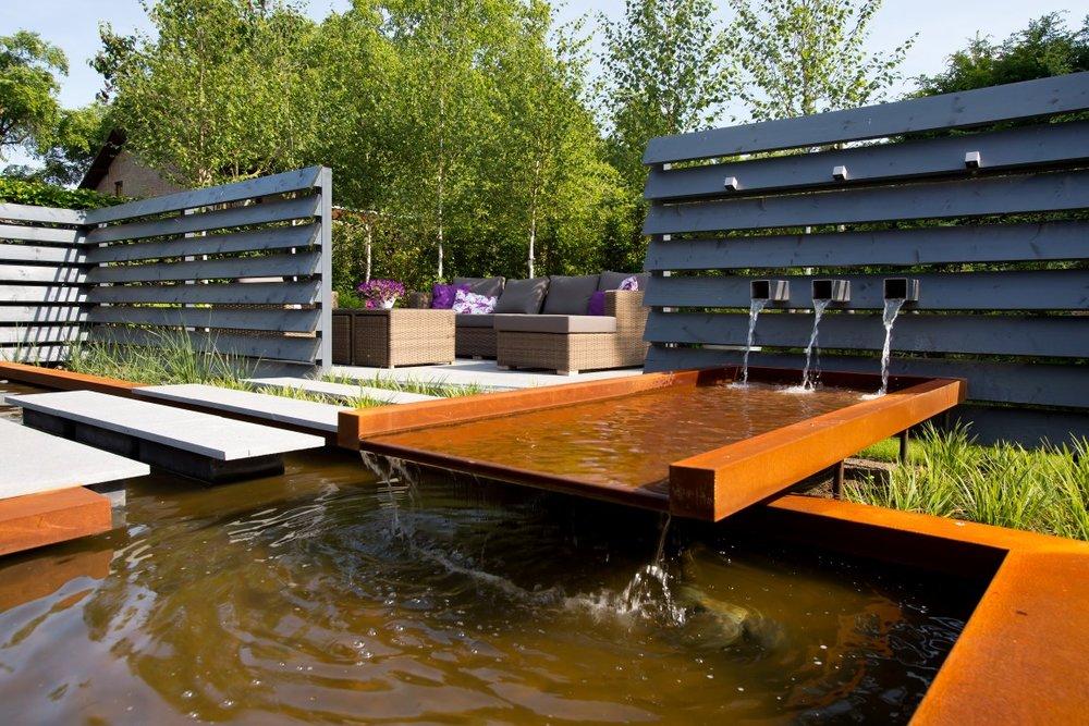 Siebers-tuinprojecten-natuursteen-vijver-cortenstaal-staptegels-verlichting-loungeset-lamellen-berk.jpg