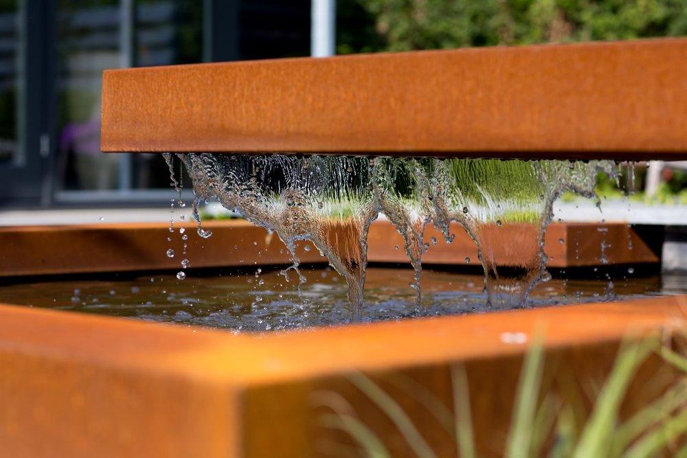 Siebers-tuinprojecten-Tuinen-vijver-overloop-cortenstaal-druppel-water.jpg