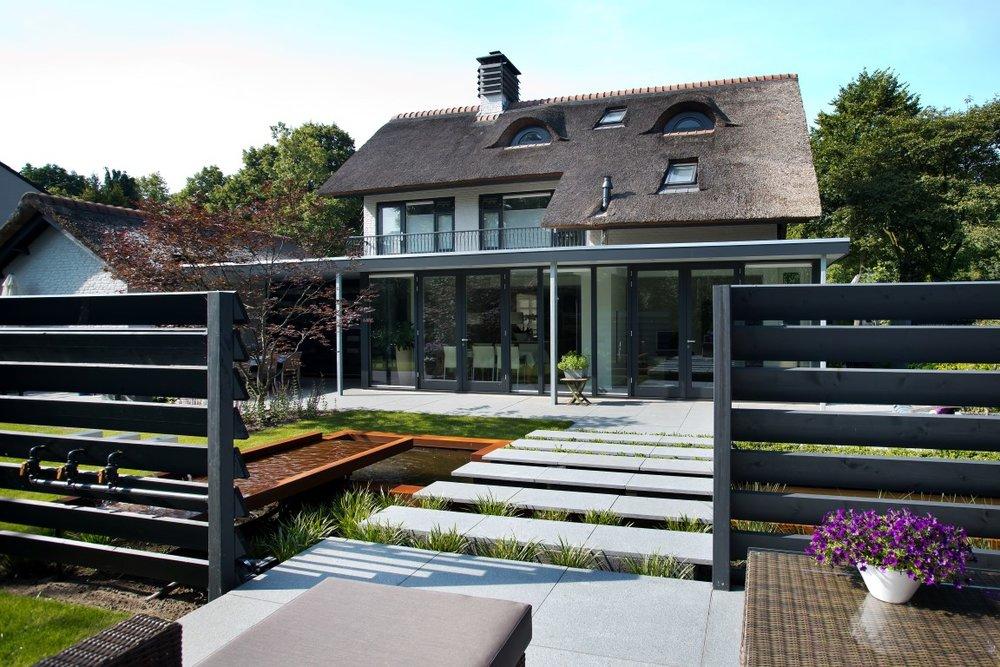 Siebers-tuinprojecten-vijver-rieten kap-vijver-lamellen-acer-gras-afscheiding-water.jpg