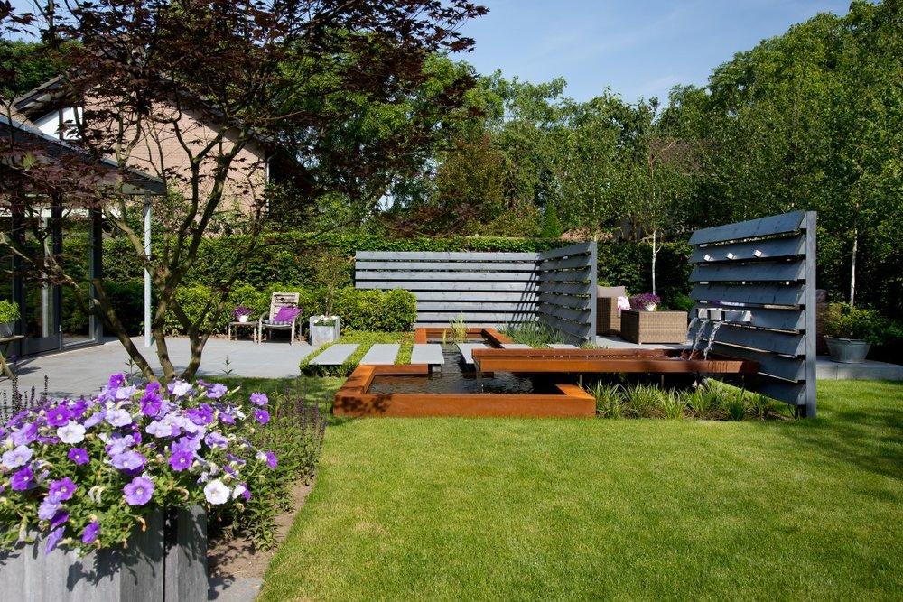 Siebers-tuinprojecten-vijver-strak-modern-tuin-vijver-staptegels-lamellen-verlichting.jpg