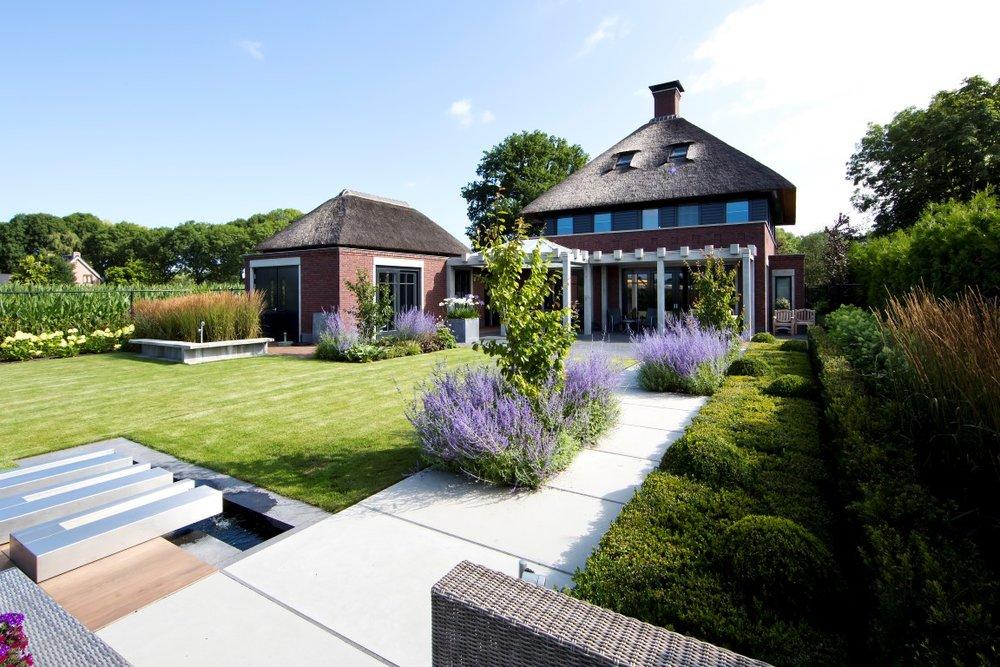 Siebers-tuinprojecten-landelijk-strak-beton-terras.jpg