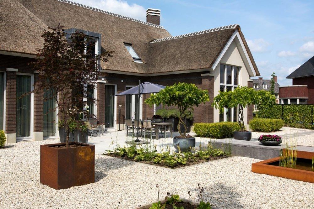 Siebers-tuin-schellevis-cortenstaal-hosta-vijver-riet-rieten-dak-plantenbak-potten.jpg