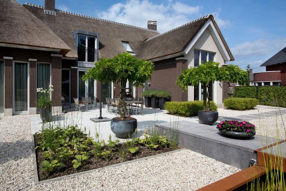 Siebers-tuinprojecten-hosta-aanleg-schellevis-plantenbak-pot-staptegels-terras-natuursteen-tuin.jpg