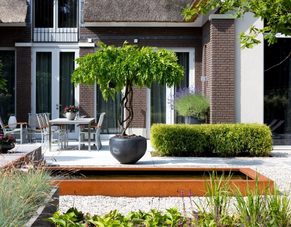Siebers-tuinprojecten-hovenier-vijver-cortenstaal-grind-terras-spiegel-lavendel-blauwe-regen.jpg