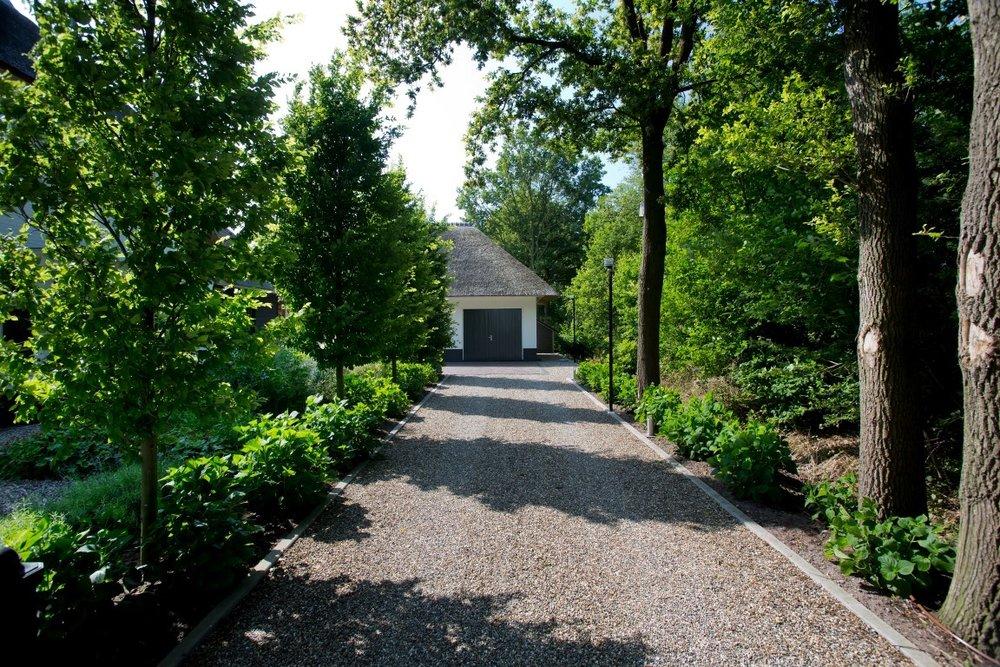 Siebers-Tuinprojecten-Tuin-Hovenier-Hortensia-Grind-Garage-Beuk-oprit-landelijke-stijl-buiten-rieten-dak-aanleg-onderhoud-ontwerp-tuinen-boerderij.jpg