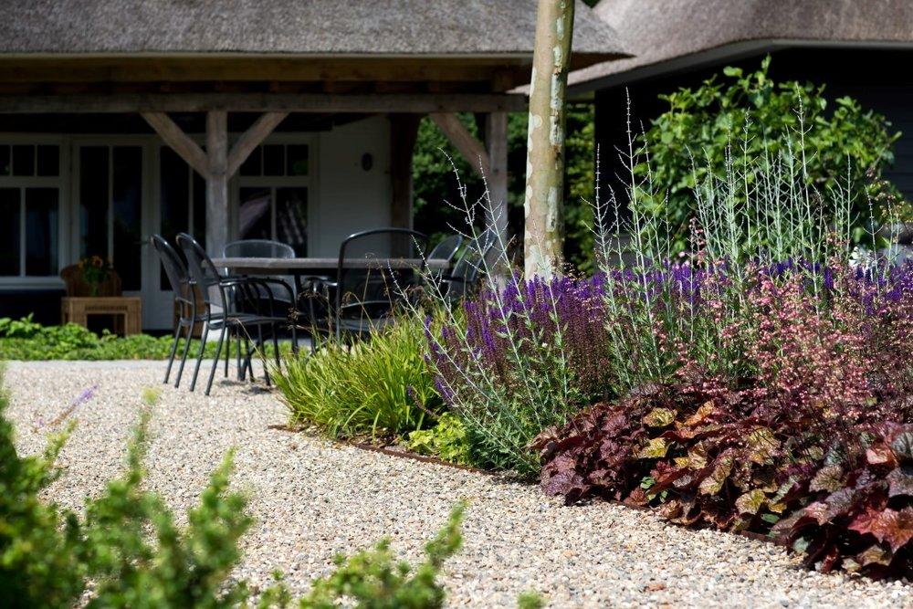 Siebers-Tuinprojecten-Tuin-Hovenier-heuchera-tuinset-eikenbalken-plataan-rieten-kap-overkapping-riet-boerderij-tuinstoel.jpg