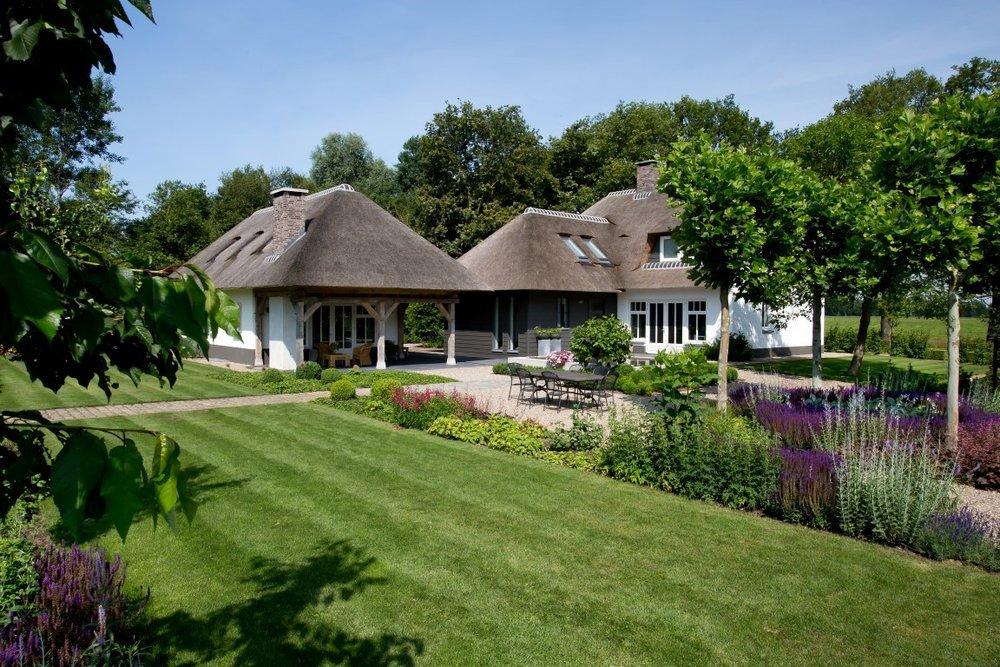 Siebers-Tuinprojecten-Tuin-Hovenier-landelijk-boerderij-platanen-rieten-overkapping-dak-riet-gazon.jpg