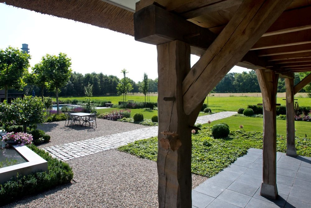 Siebers-Tuinprojecten-Tuin-Hovenier-Kinderkoppen-vijver-eikenbalken-grind-terras-natuursteen-ontwerp-gazon-buxusbol-allium-buitenleven-heide.jpg