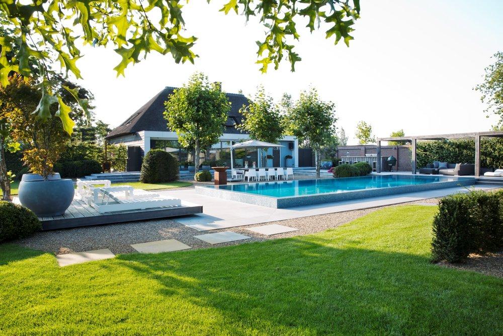 Siebers-Tuinprojecten-Elzen-Zwembad-Overloop-Infinity-lounge-tuin.jpg