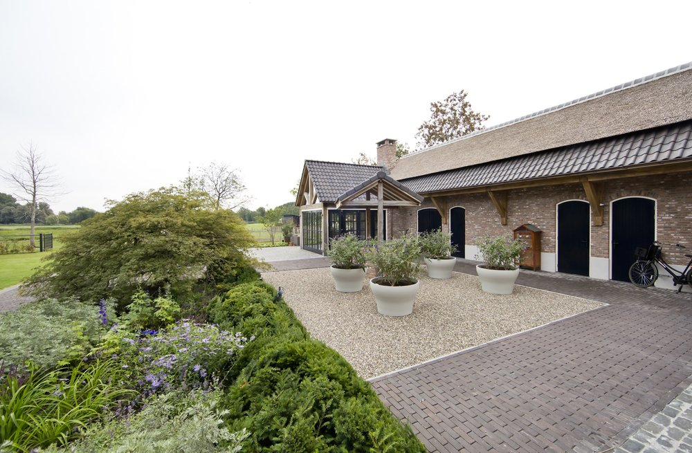 siebers-tuinprojecten-weelderig-landleven-boerderij-binnenplaats.jpg