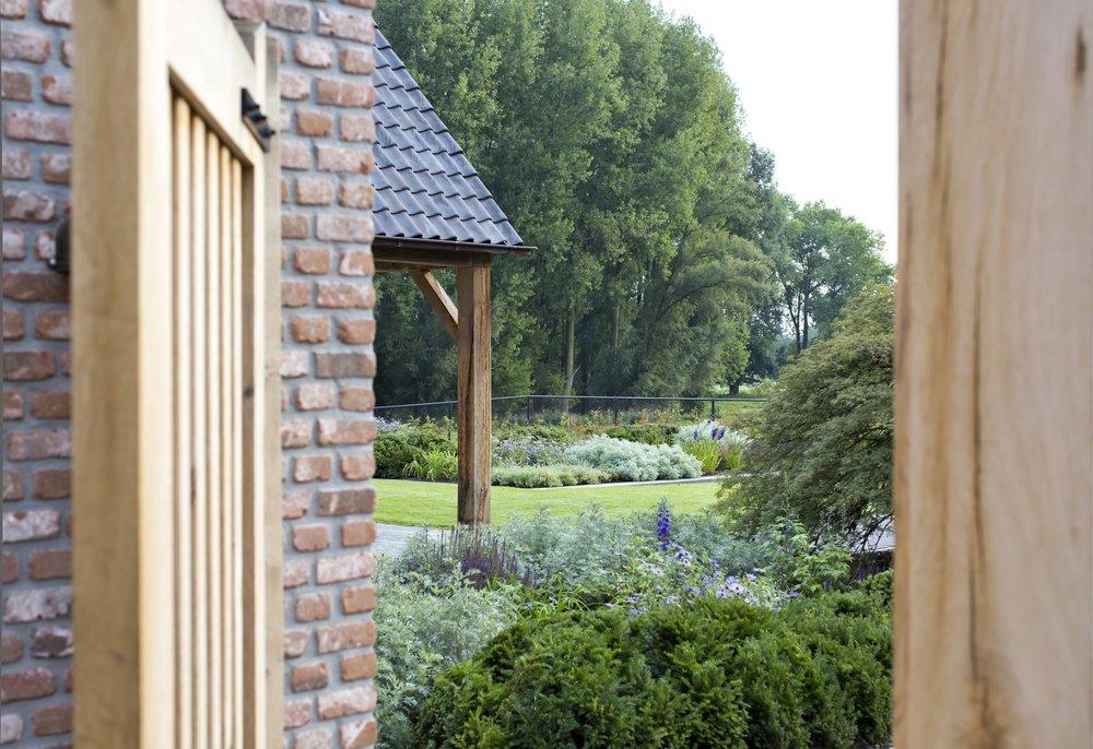 siebers-tuinprojecten-weelderig-landleven-doorkijk-landelijke-poort.jpg
