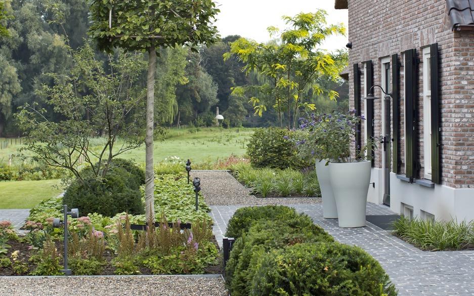 siebers-tuinprojecten-weelderig-landleven-polymeerbeton-bloempotten.jpg