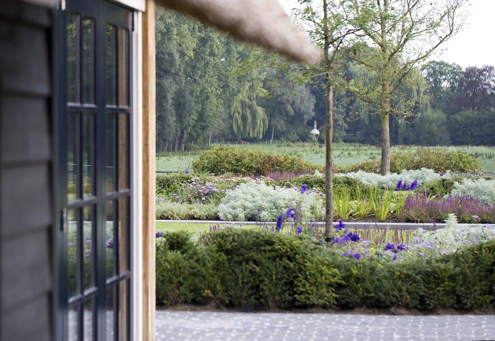 siebers-tuinprojecten-weelderig-landleven-taxussculptuur.jpg
