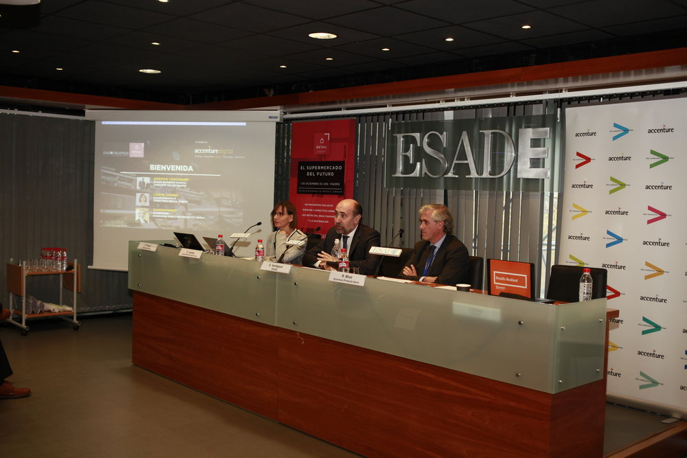 C. Juanes (Directora del ESADECREAPOLIS Retail Forum), E. Verdeguer (Director ESADE Madrid) y R. Miret (Managing Director Accenture Products)