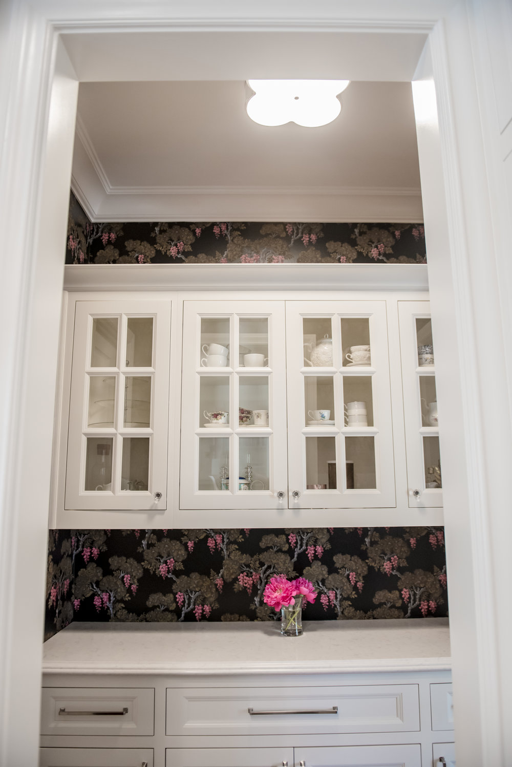 24+Butlers+Pantry+Wallpaper+Glasscabinets+Floral+Black+Bold.jpg