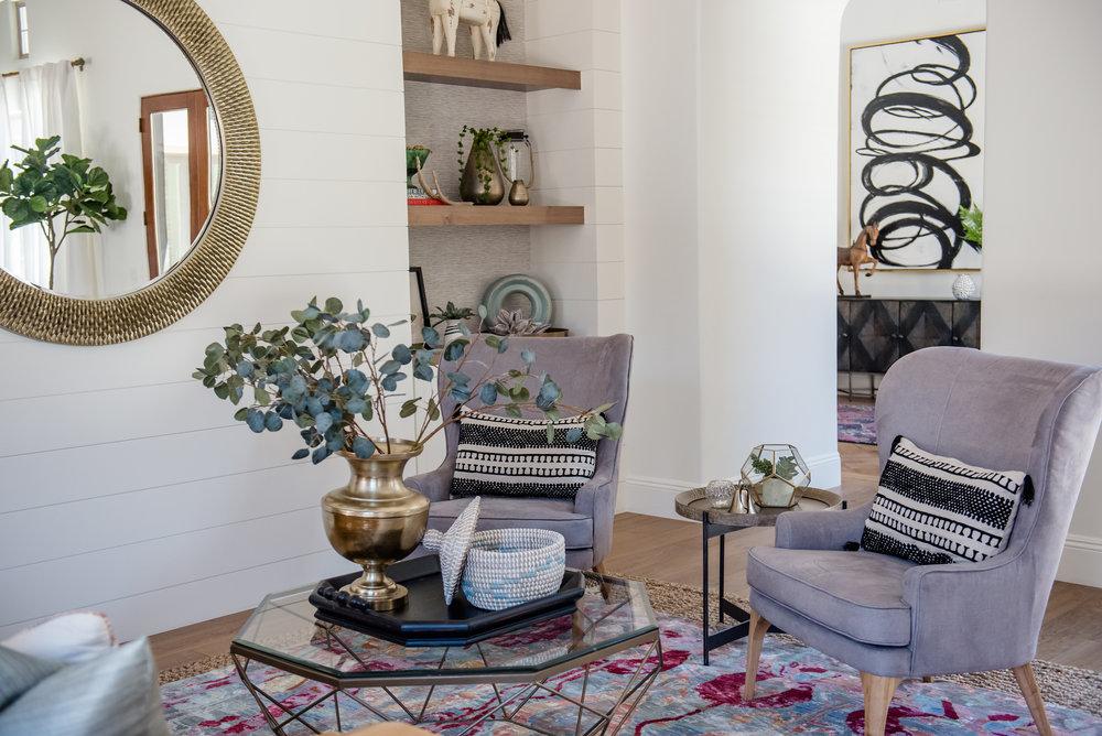 2+LivingRoom+BlackandWhite+BrightRug+CaliforniaCool+GrayChairs+Brass.jpg